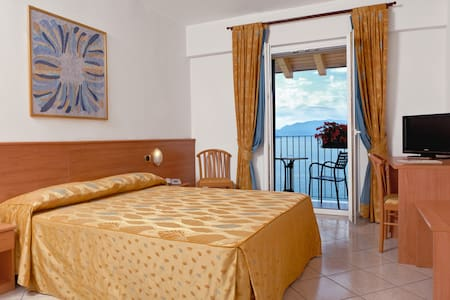 Double room with balcony and lake view