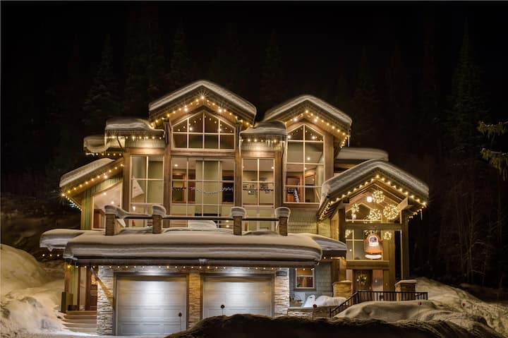 MVP Luxury Ski In with private hot tub & big yard