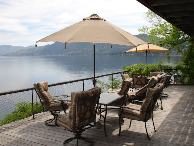 Quality Waterfront Home, Moorage, Pets welcome.
