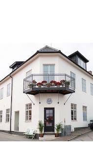 Rum 2 i sekelskiftesfastighet i centrala Öregrund