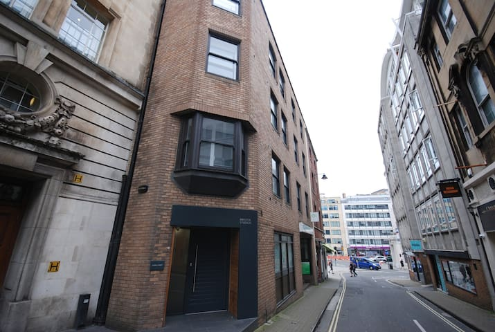 A quiet, private central studio apartment. - Bristol - Lejlighed