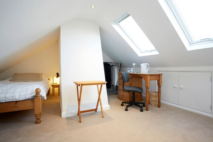 Attic room: continental breakfast - Harrogate - House