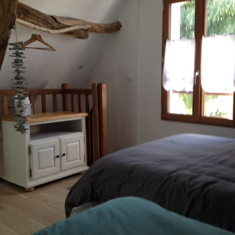 lit simple (90x200), lit double (140x200), lit parapluie, penderie.  avec vue sur la Baie à l'étage