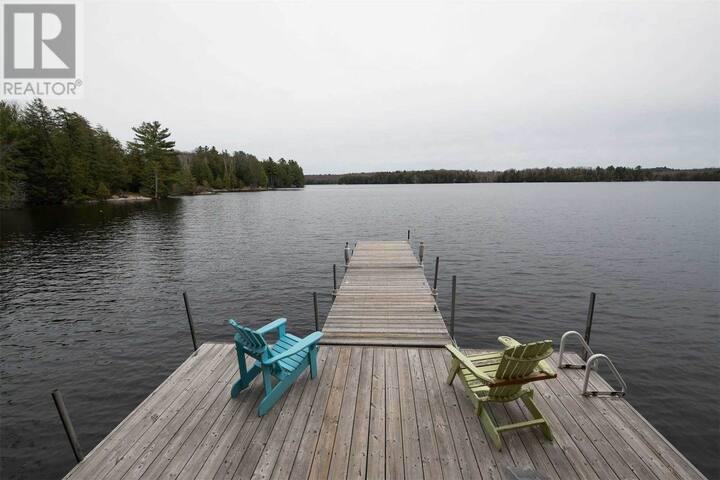 Cozy Lakefront Cottage on Deer Lake