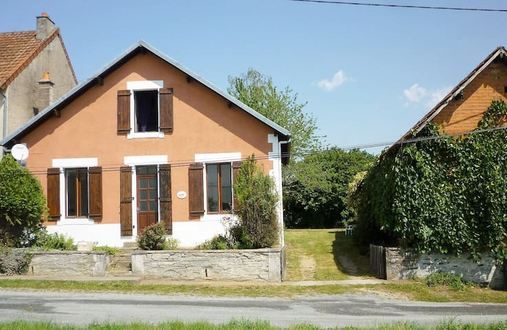 Spacious, family friendly house, Northern Dordogne - Saint-Priest-les-Fougères - Hus