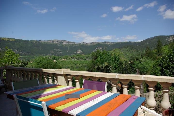 Maison tranquille avec terrasse et vue - Saint-Étienne-de-Gourgas - Casa