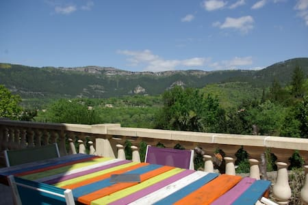 Maison tranquille avec terrasse et vue - Saint-Étienne-de-Gourgas - 一軒家