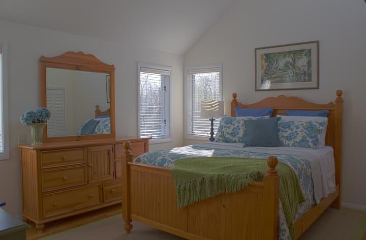 Private Room with Private Bath--Hydrangea Room