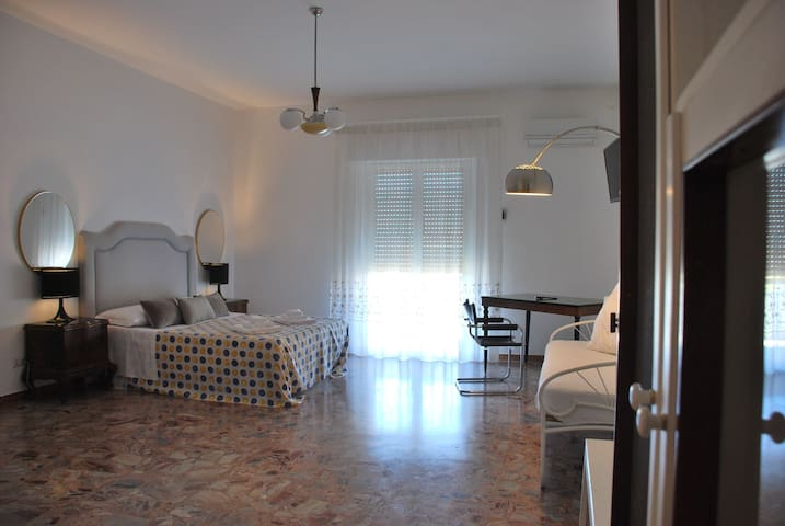 camera tripla con letto matrimoniale + letto singolo, balcone privato, bagno in camera grande, angolo cucina a scomparsa, wifi, tv, aria condizionata/riscaldamento