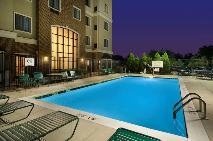 Staybridge King Suite | Free Breakfast, Pool, Gym. Near BWI Airport!