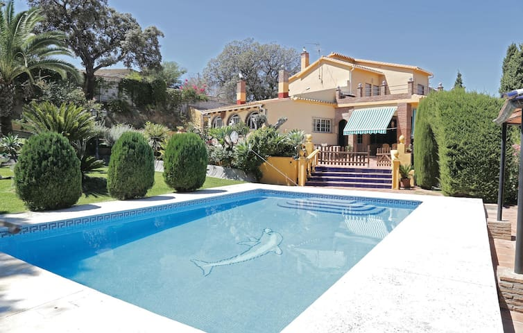 Holiday cottage with 4 bedrooms on 165 m² in Alhaurín de la Torre