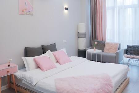 「 招呼·Room6 」粉象 · 财富广场商圈旁 带投影仪的灰粉设计空间