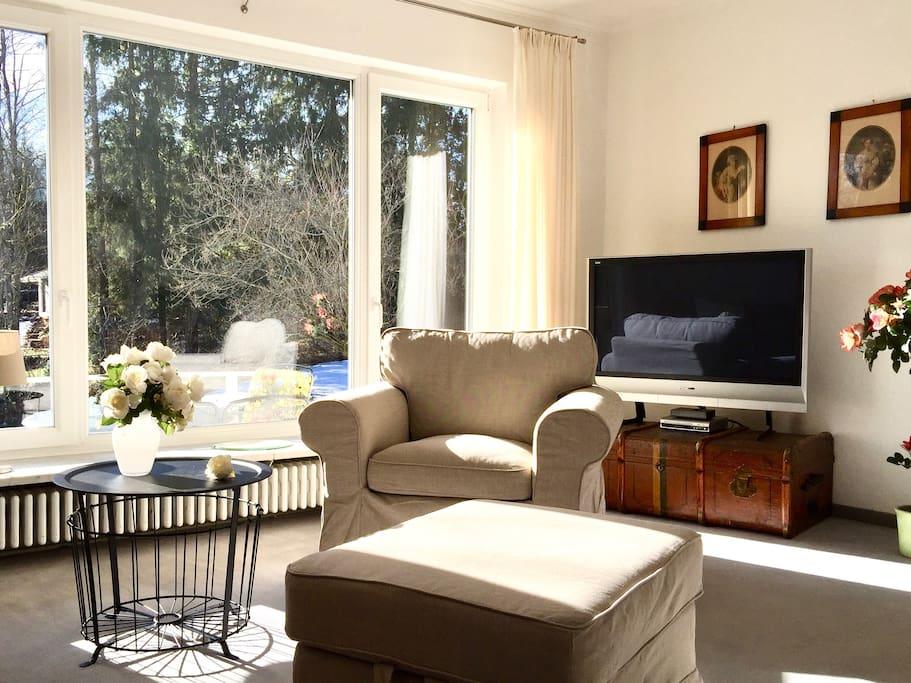 Wohnzimmer mit Blick in den Garten im Winter
