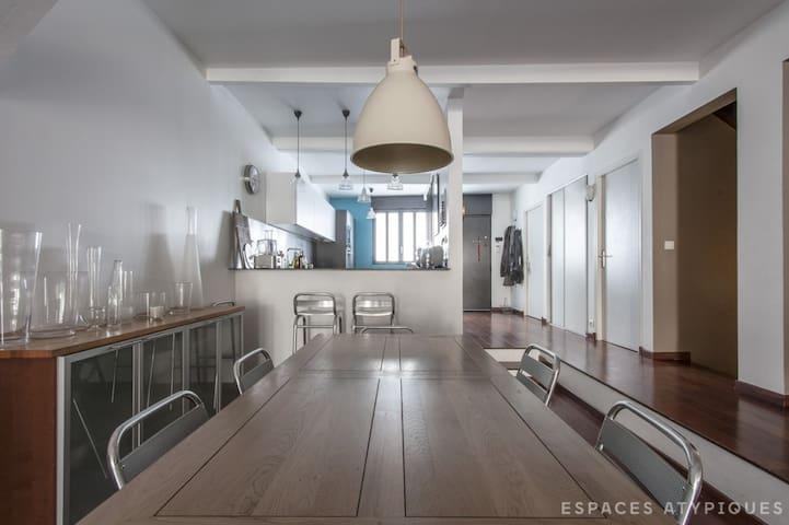 Salle à manger spacieuse et ouverte sur la cuisine