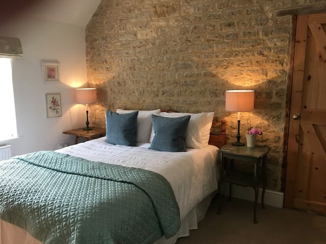 Light, spacious double room in a cosy cottage