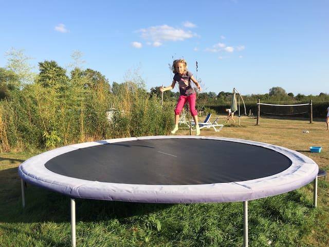 Un grand trampoline de plus de 4 m de diamètre pour se défouler !