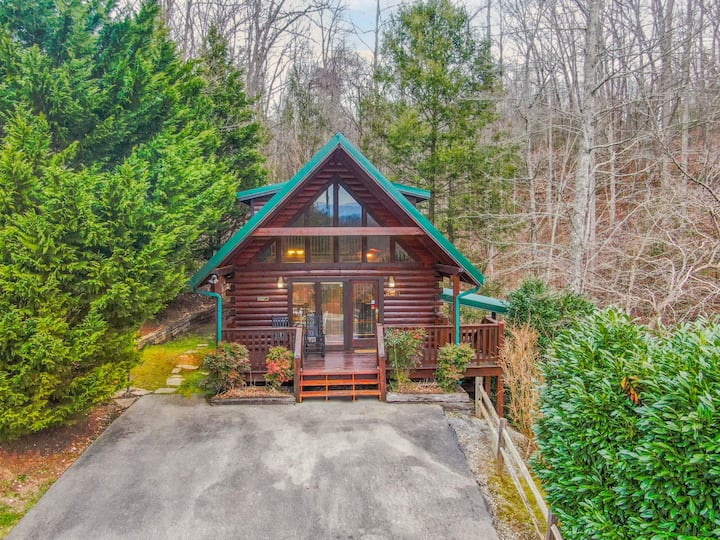 Hugs N Kisses: Pool Table, Hot Tub, Pool Table, Community Pool, Close to Downtown Gatlinburg!