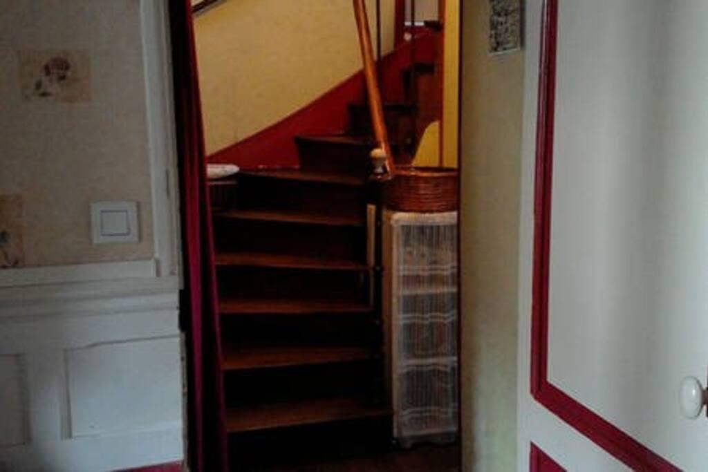 """premier escalier pour le premier étage ,accès aux chambres de la  1ère annonce"""" Charmante maison de bourg"""""""