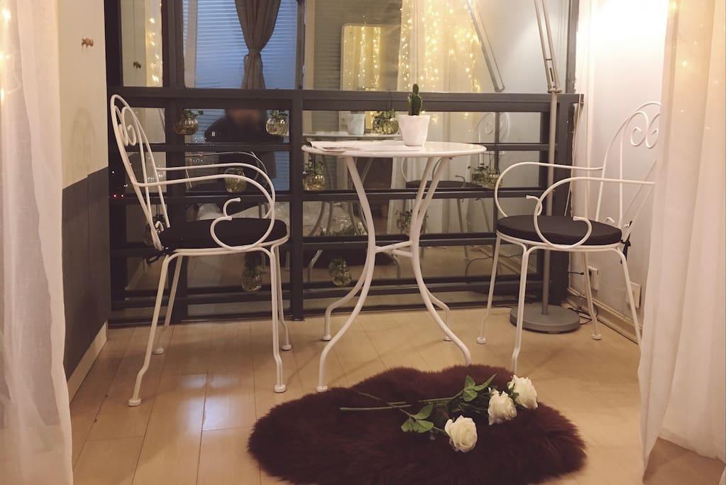 考虑到冬天坐在地上容易着凉,特别添置了一套阳台桌椅~