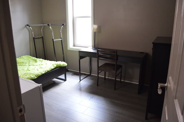 Downtown - 1 Bedroom+Shared Bathroom (1 room)