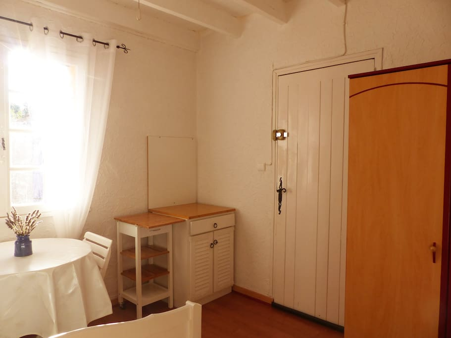 belle chambre dans mas avec piscine appartements louer. Black Bedroom Furniture Sets. Home Design Ideas