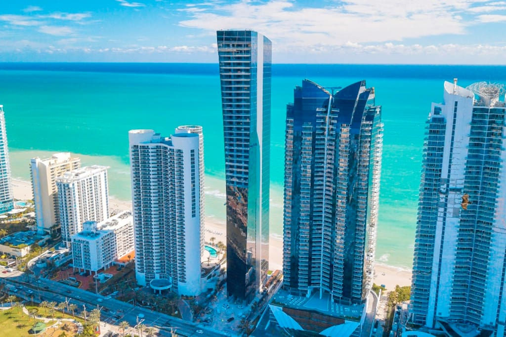 SPECTACULAR BUILDING!!! BEACH FRONT!! WALK  DIRECTLY TO THE BEACH!