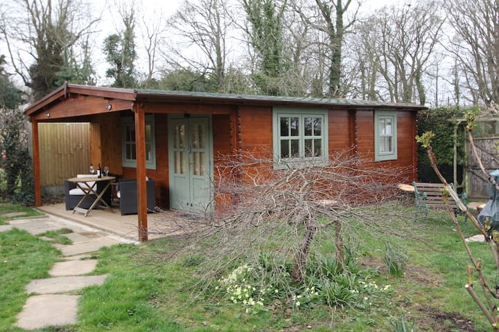 Cute and comfy Owl Cabin. Rural retreat and walks.