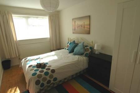 Willow Lodge - Room 1 Double En Suite - Horley