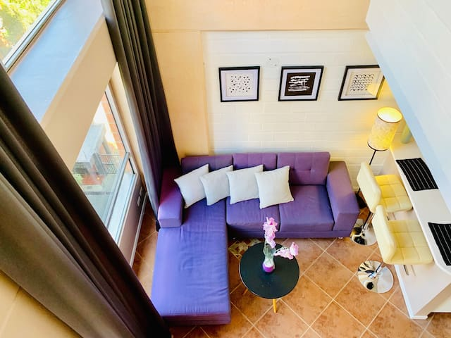 Two Story Apartment 5 min to Lleras