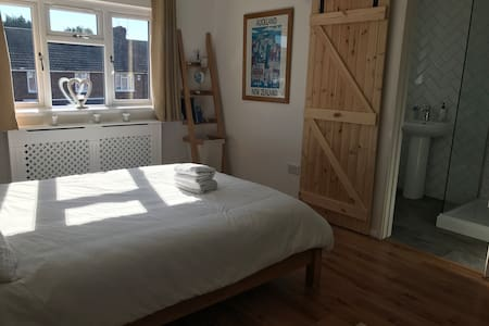 Private en-suite room close to historic Rochester
