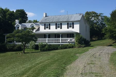 Lucketts Farmhouse on 16 Acres, Private & Secluded - Leesburg