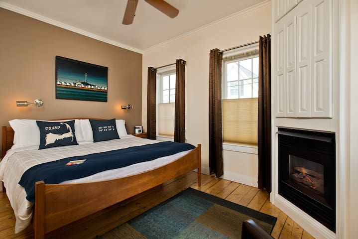 Room 2 (King Bed) - Benchmark Inn