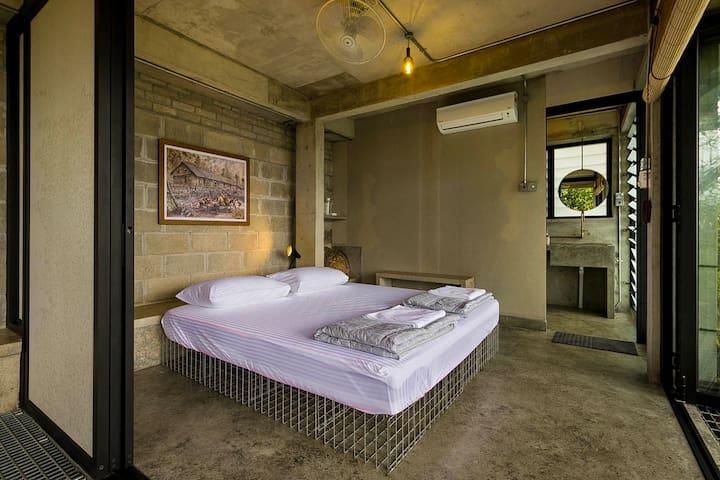 king size bed with en-suite bathroom