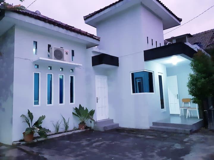 Carrissa Guest House. Dalam kota di Jl Magelang