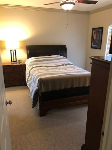 Nicholson Lakes Master Bedroom/Bath Stay