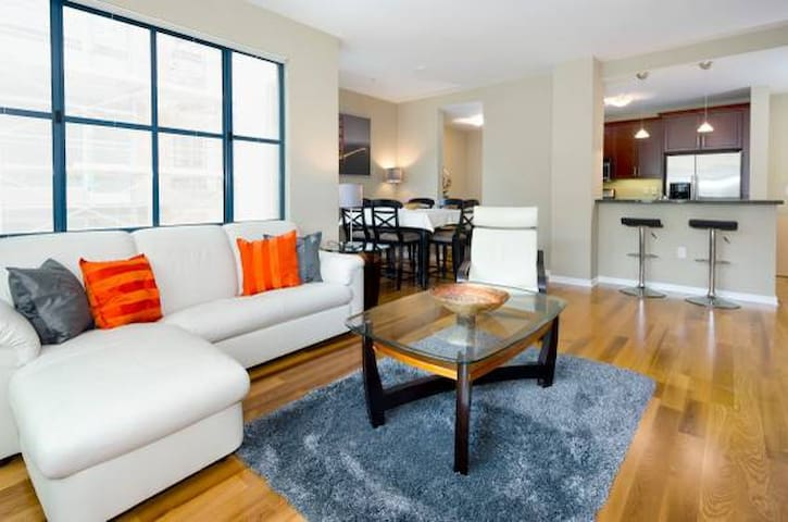 2 BR, 2 BA Condo in South Beach w Rooftop Deck