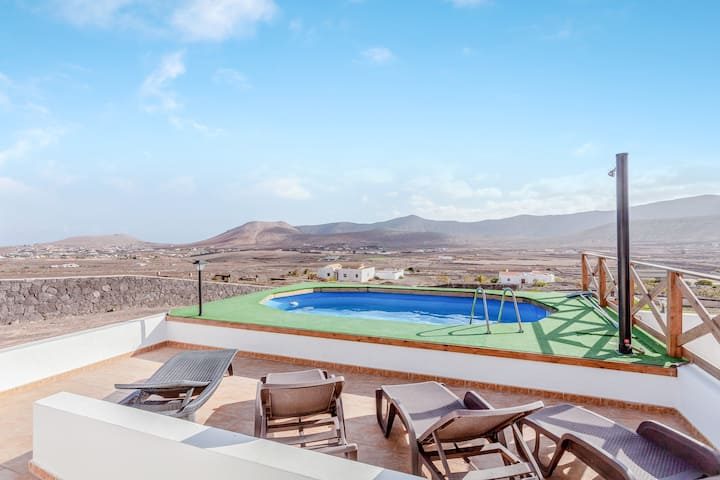 "Spacious Villa  ""Casa el Aceitunal"" with Mountain View, Wi-Fi, Garden, Terrace & Pool; Parking Available"
