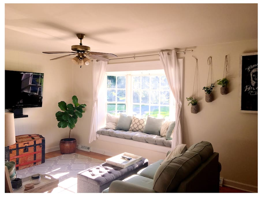 Dreamy bay window, great nook for reading & natural sunlight. (Living room)