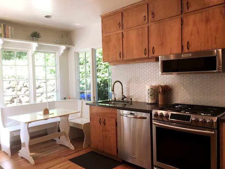Renovated Kitchen with Easy Parking (Dog Friendly)
