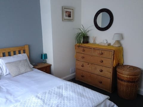 Beautiful room close to Clevedon Hall and seafront