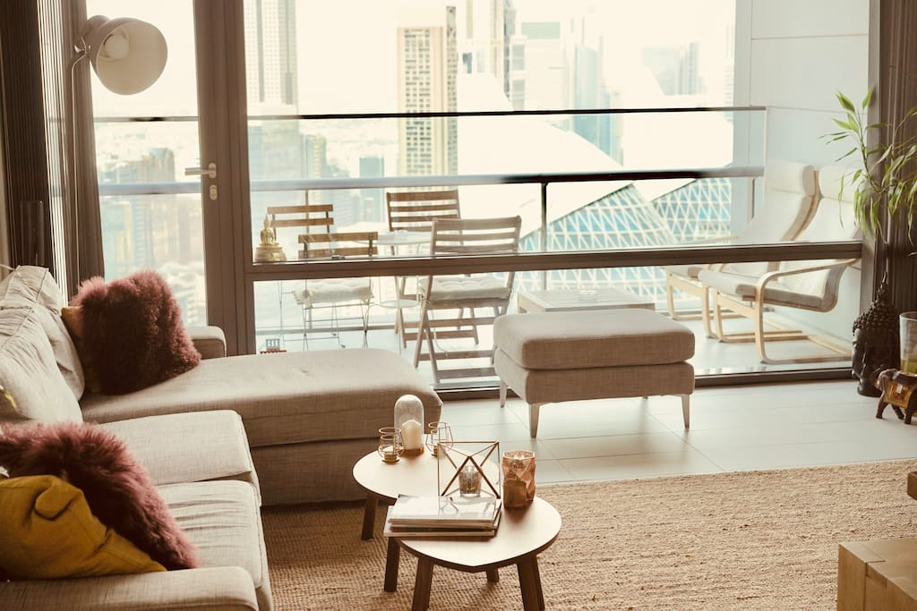 Cozy, modernly equipped living room with an unbelievable view on Dubai