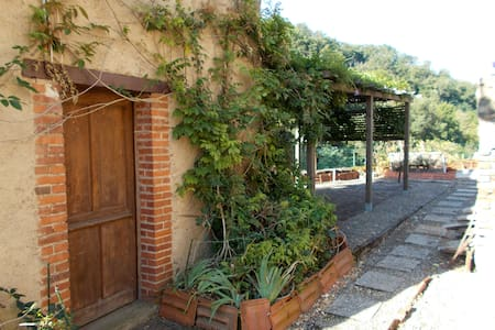 Auzon:Chambre panoramique dans un village médiéval