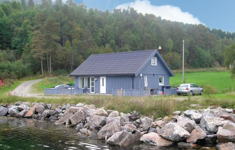 Holiday cottage with 2 bedrooms on 100 m² in Torjulvågen
