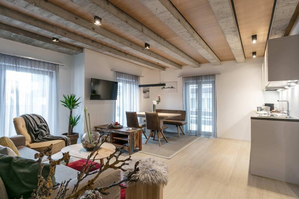 gemütliches Wohnzimmer mit Flat TV