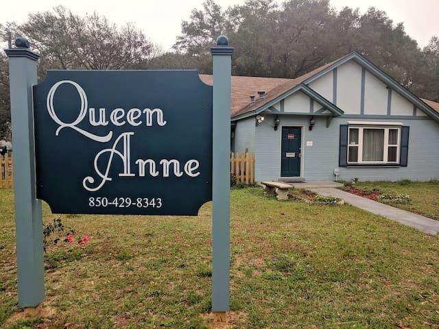 Queen Anne's Cute Studio Apartment