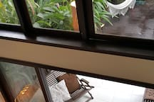 Living com pé-direito duplo. Iluminação e ventilação naturais.