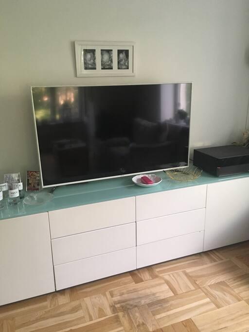 Vardagsrum med stor platt-TV