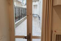 La porte-fenêtre vue de l'intérieur