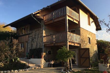 L'Antre Lacs, maison d'hôtes (2 chambres, 1 gîte) - Albens - ゲストハウス
