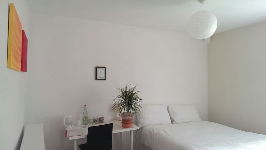 Clean & Simple Double Room for Two - Liverpool - Huis